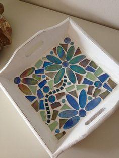 Una bandeja de bonita con colores azul/verde en ella. Hecho con mosaico de vidrio y piedras de cristal. Bueno en algún lugar.  Se puede ajustar en términos de esquema de color. Mosaic Tray, Mosaic Tile Art, Mosaic Pots, Mosaic Artwork, Mosaic Garden, Mosaic Glass, Mosaic Art Projects, Mosaic Crafts, Mosaic Designs