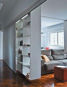 Sala de TV integrada ao escritório e que pode se transformar em quarto de hóspedes / Beto Faria e Jacqueline Rodovalho
