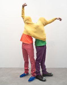 Erwin Wurm cuestiona el concepto tradicional de escultura en su proyecto One Minute Sculptures.   Te lo contamos en http://lemonycoco.es/erwin-wurm-esculturas-de-un-minuto/