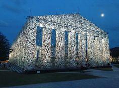 Marta Minujín, célèbre artiste plasticienne argentine et véritable monument vivant du pop-art latino, vient d'ériger le « Parthénon des livres », en Allemagne, dans le cadre de la 14e &eacut...