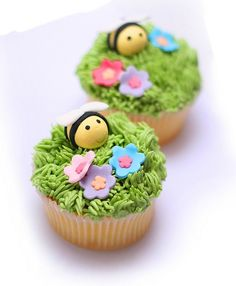 bee and flowers cupcakes