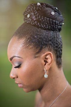 noiva negra com cabelo afro natural em um coque com tranças