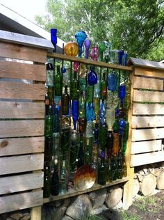 31 Unique Garden Fence Decoration Ideas to Brighten Your Yard - Diy Garden Projects Fence Art, Diy Fence, Fence Ideas, Unique Gardens, Amazing Gardens, Garden Crafts, Garden Projects, Diy Projects, Wine Bottle Fence