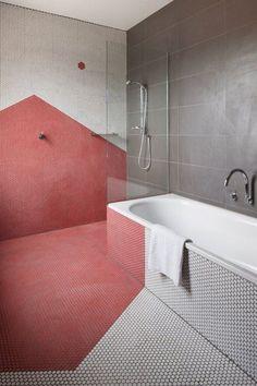 Sem muitos detalhes, neste banheiro foram usadas no chão e na parede do box pastilhas iguais, porém, brancas e vermelhas, formando um desenho no ambiente.