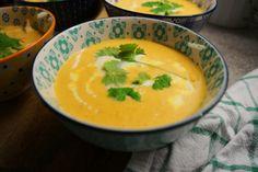 Hei! Supper smaker ekstra godt nå på høsten og Thaisuppe er intet unntak - det er virkelig godt på kjølige høst-dager! Thaisuppe med kylling og red curry (3- 4 porsjoner) 2 kyllingfilet i strimler 1 ss smør eller kokosolje 2 sjalottløk, skrellet og delt i to 1 fedd hvitløk (eventuelt 1 Thai Red Curry, Nom Nom, Ethnic Recipes, Food, Eten, Meals, Diet