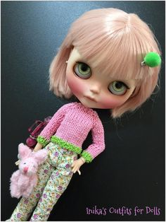 This Listing includes: Sweater handmade pink with inserts in bright green. Pants, prints small flowers, closed back with a small snap. Not included: Doll socks Shoes Bow Hair small puppets This is a product made by hand. No refund is payable.