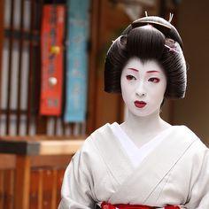 beautiful / japanese / woman / portrait / beauty : kyoto japan, geiko (geisha*) kimika  宮川町の芸妓 君香さん by momoyama, via Flickr