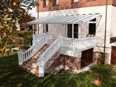 Die Terrassenüberdachung TerraSmart Elegant Line verfügt über einen Dachüberstand nach vorn - über die Stützen hinaus, wodurch es besonders edel wirkt. Mehr Informationen finden Sie unter www.Vordach-Shop.de
