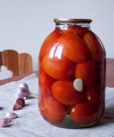 """Да, вы дождались! Это первый рецепт заготовок-закаток в моем блоге. Нет, я не подружилась с закаточной машинкой. Это была поездка к маме и фиксация ее трудов. Надеюсь, кому-то этот рецепт пригодится - сезон пока еще не закончился.Сразу скажу, что на мой вкус для таких закаток лучше всего использовать именно помидоры-""""сливки"""" - они достаточно мясистые и [...]"""