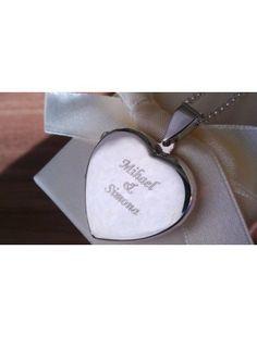 Medaljon v kateri se skrivata 2 sliki. Graviranje imena zaljubljenega para.