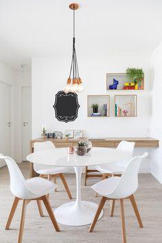 SALA DE JANTAR | A mesa de jantar Saarinen ganhou cadeiras da Sun House. Pendentes assinados por Marilena Gonçalves (Foto: Julia Ribeiro/Divulgação)