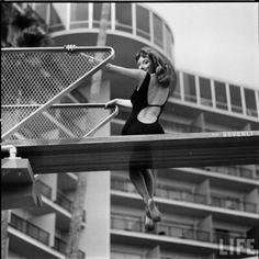 """la sublime Vikki Dougan, surnommé """"The Back"""" et on se demande bien pourquoi, tiens. Vikky a fortement inspiré le personnage de Jessica Rabbit (avec un peu de Veronika Lake aussi) pour sa vertigineuse chute de reins et ses robes affriolantes dont les stylistes du """"Grand Blond avec une Chaussure Noire"""" ont dû s'inspirer pour celle de Mireille Darc"""