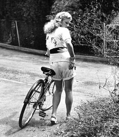 Fotos antiguas de Nina Leen.1943 para la revista LIFE protagonizada por la actriz Joan Caulfield. Las imágenes se realizaron en el parque estatal de Jones Beach en Nueva York.