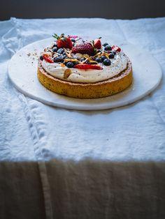 Sitruuna-mantelikakku (GF) – Viimeistä murua myöten Panna Cotta, Cheesecake, Ethnic Recipes, Desserts, Food, Tailgate Desserts, Dulce De Leche, Deserts, Cheesecakes