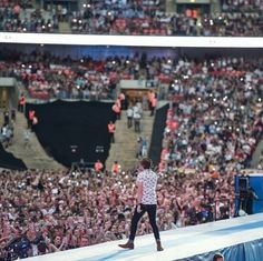 Niall on stage on #capitalstb  #niall#nialler#horan#james#cute#dancer#1D#family#video#funny#monents#like#follow#this#page#l4l#followers#double#twice#blonde#boy#cute#irish#sunglasses#crazy#mofos#thistown#love#ig#story