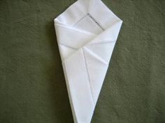 How to fold a napkin into a cone. Simple, elegant and will make your meal special Napkin Folding, Diy And Crafts, Napkins, Table Settings, Make It Yourself, Communion, Simple, How To Make, Wedding