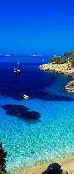 Cala Salada in Ibiza is home to one of Spain's many gorgeous beaches! devourspain.com Spain Photography Få adgang til webstedet for at få oplysninger http://storelatina.com/espana/blog #ஸ்பெயின் #西班牙 #tourism #recetas