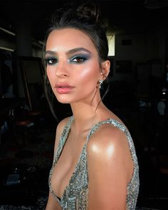 Uma maquiagem para noite tem que ser marcante, que valorize a sua beleza. Do delineado ao esfumado escolha a maquiagem que mais combina com você.