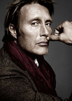 Mads Mikkelsen: The single-thumb support technique.