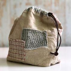 손바느질하는 엄마 (kkom) sur Instagram: #patchwork #pouch 세탁한 보람~🧺 너는 제대로 꾸깃꾸깃해도 괜찮아서 좋겠다. 나는 내 몸에 붙은 먼지 하나 털어내기 바쁘고, 작은 주름하나 감추기 바쁜데. 오늘 초복이죠. 아진이 하원하면 부모님 모시고 수목원도 가고 저녁엔… Scrap Busters, Rice Bags, Art Bag, Patchwork Bags, Linen Bag, Textiles, Tote Purse, Handmade Bags, Bag Making