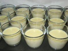 Das perfekte Panna Cotta mit weißer Schokolade ...-Rezept mit einfacher Schritt-für-Schritt-Anleitung: Sahne und Milch in einem Topf erhitzen...