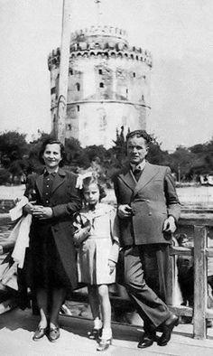Η Τζένη Καρέζη με τους γονείς της μπροστά στον Λευκό Πύργο .Στις αρχές της δεκαετίας του 1940 ήταν ακόμη μαθήτρια στο Καλαμαρί και ονομαζόταν Ευγενία Καρπούζη.Η Τζένη Καρέζη πέρασε τα παιδικά της χρόνια στη Θεσσαλονίκη όπου είχαν πάρει μετάθεση οι γονείς της που ήταν εκπαιδευτικοί.Από τη Θεσσαλονίκη είχε ίσως την χειρότερή της ανάμνηση,όταν σε ηλικία 10 ετών,το 1943,είδε τους ναζί να εκτελούν δύο συμμαθητές της στην Πλατεία Αριστοτέλους.