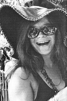 Incluso cuando Janis Joplin  exhibe su natural temperamento melancólico, lo hace siempre con una sonrisa y a veces con una carcajada más transgresora que sarcástica.