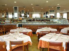 Jadalnia w hotelu w Hiszpanii W Hotel, Table Settings, Table Decorations, Furniture, Home Decor, Decoration Home, Room Decor, Place Settings, Home Furnishings