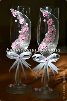 Beautiful glasses for a special occassion Bride And Groom Glasses, Wedding Wine Glasses, Wedding Champagne Flutes, Decorated Wine Glasses, Painted Wine Glasses, Nice Glasses, Floating Candle Centerpieces, Glitter Wine, Bottle Crafts
