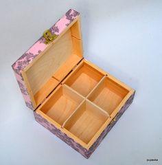krabička z masívneho dreva so zlatým kovovým uzáverom , má4 priehradok, ktoré sa dajú z krabičky vybrať. Zdobená je akrylovými farbami,decoupage technikou, jemnou patinou, v závere je zalakovaná ec...