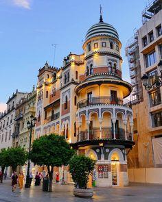 Por soñar, vivir bajo las arcadas. | 📸 @luso_slr Big Town, Gaudi, Real Madrid, Life Is Good, Architecture Design, Barcelona, Mansions, Granada, World