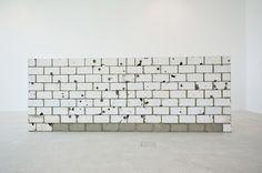 Teresa Margolles Muro Baleado (mur, criblé de balles), 2010