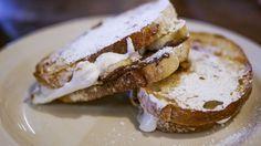 Sandwich con banane, Nutella e marshmallow, ricetta dolce. Panino tostato.