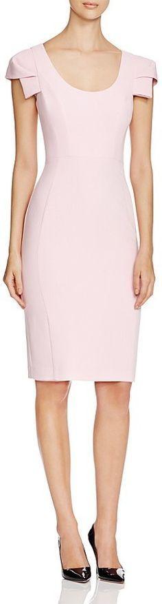 Un color muy femenino acorde al sencillo diseño del vestido