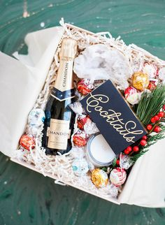 Meet the perfect hostess gift: a champagne and LINDOR gift box. Quick and chic, this gift is as thoughtful as it is easy to assemble.