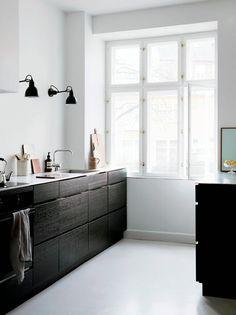 minimal kitchen Seven Kitchen Design Trends That are Here to Stay Home Kitchens, Kitchen Remodel, Kitchen Design, Black Kitchens, Kitchen Inspirations, Kitchen Decor, House Interior, Minimalist Kitchen, Nordic Kitchen