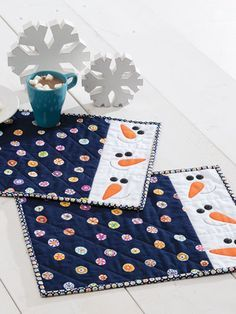 Banish Winter Blues with Happy Snowmen - Quilting Digest Christmas Mug Rugs, Christmas Placemats, Christmas Sewing, Christmas Crafts, Quilting Projects, Quilting Designs, Sewing Projects, Quilting Ideas, Table Runner And Placemats