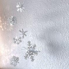 Glædelig lørdag!Vi har hygget lidt med snefnug, da jeg gerne ville pynte endnu mere op med perler herhjemme.De er lavet af to dele som sættes sammen, derefter er de bare hængt op med sytråd og tegnestifter.Mønstrene er super nemme så selv de mindste kan være med til at lave snefnug.