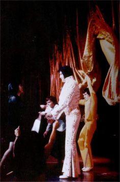 Elvis ending his show at the Las Vegas Hilton in august 1973