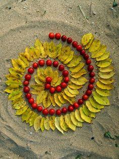 Fibonacci swirl with leaves and berries. Land Art, Diy Nature, Nature Crafts, Art For Kids, Crafts For Kids, Ephemeral Art, Spiral Art, Environmental Art, Outdoor Art