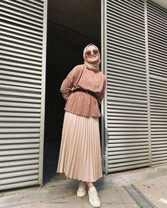 8 Cara Bikin Rok Plisketmu Jadi Naik Kelas. Murah, Nggak Butuh Banyak Waktu! Modest Fashion Hijab, Modern Hijab Fashion, Street Hijab Fashion, Casual Hijab Outfit, Hijab Fashion Inspiration, Muslim Fashion, Hijab Chic, Abaya Fashion, Fall Fashion
