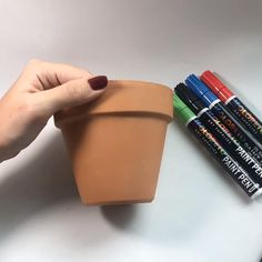 Easy Terra-Cotta Pot Painting Decorate your garden painting terracotta pots with paint markers! Flower Pot Art, Flower Pot Design, Flower Pot Crafts, Painted Plant Pots, Painted Flower Pots, Painted Pebbles, Clay Pot Projects, Clay Pot Crafts, Paint Pens