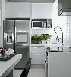 Esta cozinha pequena tem um acabamento todo em aluminio