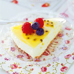 Citroncheesecake med passionsfrukt | Coop Key Lime Pie, Cheesecake, Glass, Food, Drinkware, Cheese Pies, Cheesecakes, Meals, Yemek
