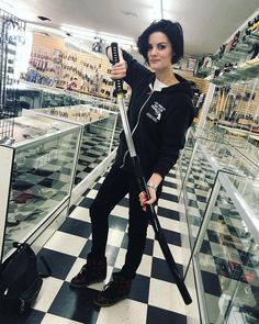 "13.4 mil Me gusta, 150 comentarios - Jaimie Alexander (@jaimiealexander) en Instagram: ""Warning: Crazy lady in a knife outlet #roadtrip ⚔️"""