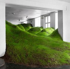 de fora pra dentro - grama nos interiores. conheça a instalação: http://www.bimbon.com.br/arquitetura/instalacao_cria_colinas_com_terra_e_grama_em_museu