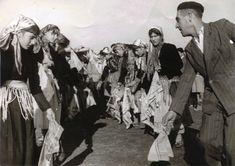 """Ζ' αγλέχας ο χορός"""" (ο χορός της μαντίλας, όχι των μαντιλιών) που χορεύονταν μόνο στα Φάρασα. Ο χορευτής και Χορογράφος Αβέργιος Καραμουρατίδης με νεάνιδες στο Πλατύ. Πρωτοχρονιά 1962. ΦΟΤΟ Γ. Χριστοφορίδη Folk, Greek, Popular, Forks, Folk Music, Greece"""