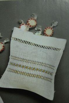 PATCHWORK KITS PUNTO DE CRUZ TAPICES PETIT POINT MEDIO PUNTO LABORES, PATRONES PARA BORDAR, TELAS, GANCHILLO, CROCHET paños cocina punto de cruz, baberos punto de cruz, llest per brodar, listo para bordar, costureros, maquinas de coser. Tienda ONLINE de labores con 15 años de experiencia http://www.puntapuntandorra.com Punt a Punt Andorra . Av. Príncep Benlloch, 5 . Andorra la Vella (Junto al comù) Centre historic - Andorra . Tel.00376 868.629 . info@puntapuntandorra.com