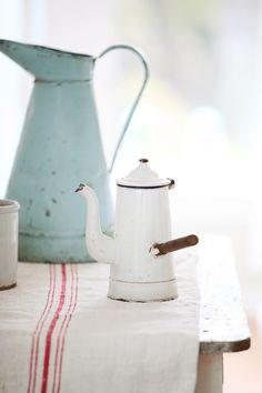 """Vintage French Enamelware Coffee Pot (c'est souvent que je lis les mots """"french"""" et """"vintage"""" ensemble.... non mais dites donc :)"""