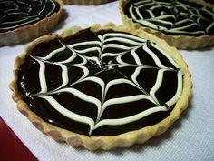 A Torta de Chocolate é uma sobremesa fácil de fazer, deliciosa e que vai agradar todos os seus convidados. Experimente! Veja Também:Torta de Bis com M